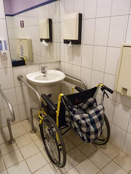 P1060631實際用輪椅來測試高度,扶手的寬度是剛好的.JPG