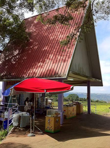 IMG_0302飲食區的蜂蜜販售區,有賣百花蜜、花粉和龍眼蜜,也有適喝喔.JPG