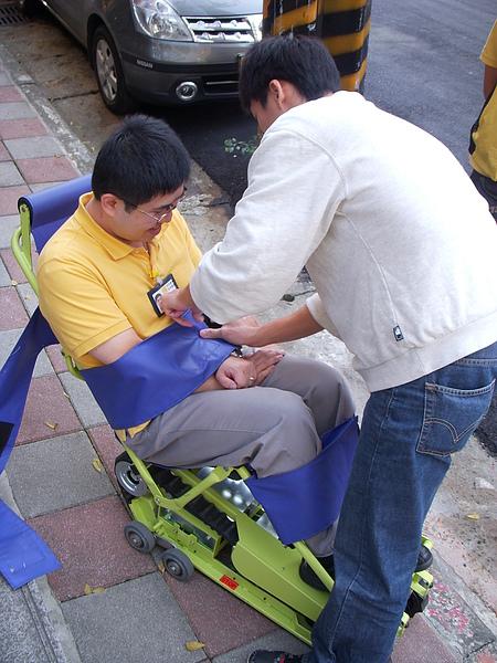 練習篇1─服務人員互相練習操作爬梯機,目的是在了解操作過程是否有需要改善及更加注意的地方.JPG