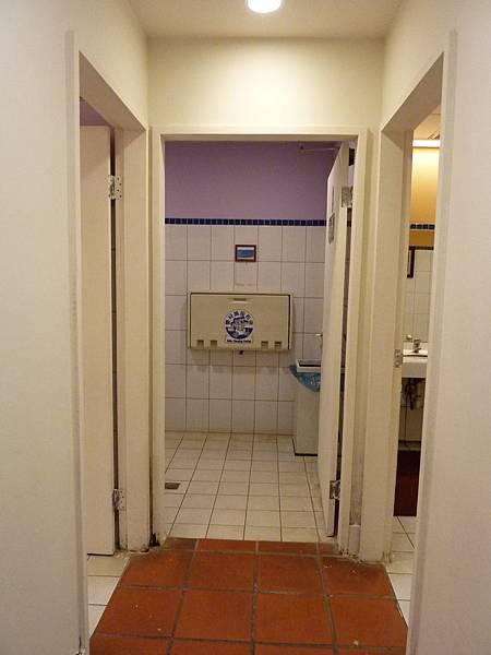 P1060625獨立在男女廁中間,但可惜不是拉門式.JPG