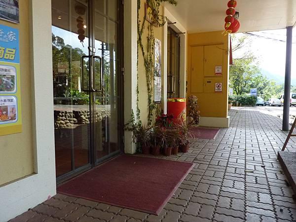 P1060619餐聽禮品區的入口,無障礙,只是要拉門.JPG