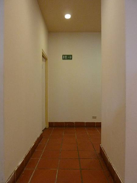 P1060622餐廳往廁所的通道(1),通道很寬敞.JPG