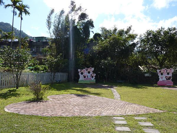 P1060612愛情故事館,連地上的磚都是愛心型的.JPG