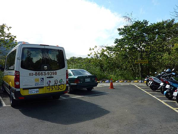 P1060616大溪花海入口一進來是一個小型的無障礙停車場(愛心車位),就在餐廳旁邊.JPG