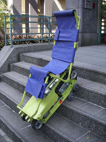 爬梯機很穩固,即使無人扶著也是能固定在樓梯上.JPG
