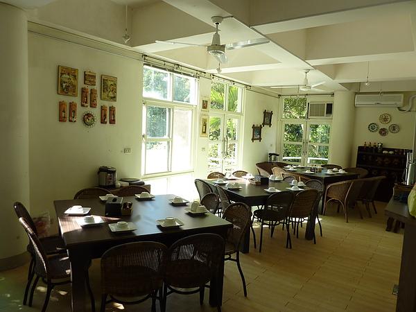 P1060521 1F用餐區的整個空間(有三大張桌子,算是一個大包廂.JPG