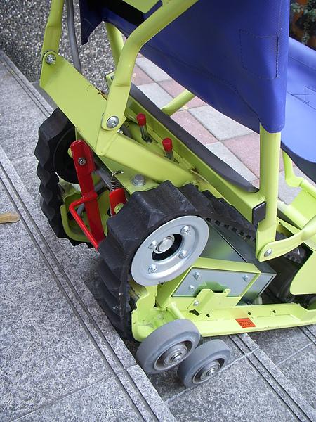 爬梯機是用的是軍用履帶,非常安全.JPG