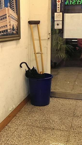 把拐杖放在傘桶裡別有一番喜感