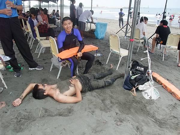 DSCF5482 被救上岸之後隨便躺直接睡.JPG
