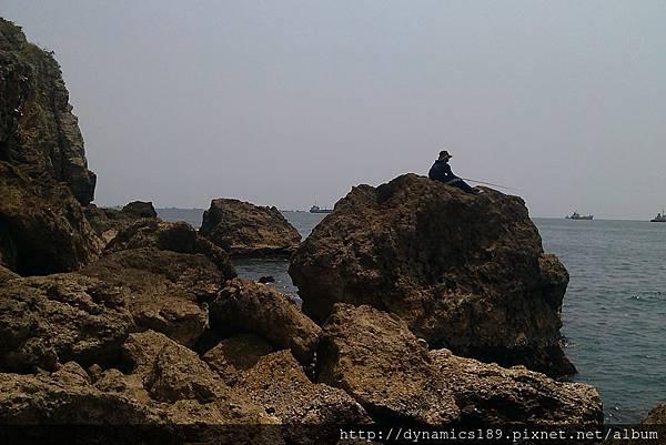 IMAG0491,在岩石上釣魚的男子.jpg