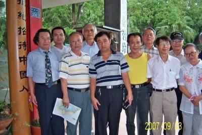 南方快報_秋風_20070923_與沈建德博士,周振英博士等在紅厝瓦餐廳聚餐的相片.png