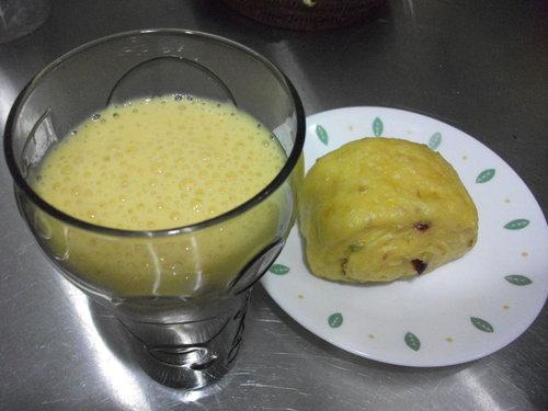 南瓜蔓越莓雜糧饅頭和芒果牛奶
