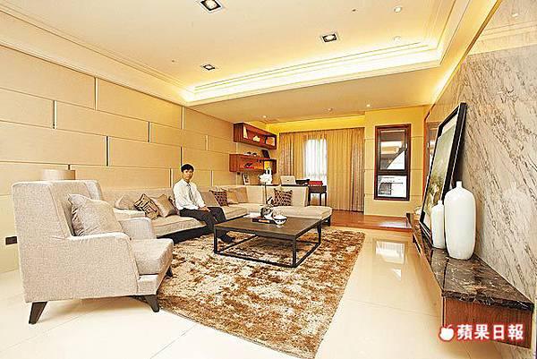 88坪實品屋客廳樓高3.2米,地坪鋪設80公分見方拋光石英磚。.jpg