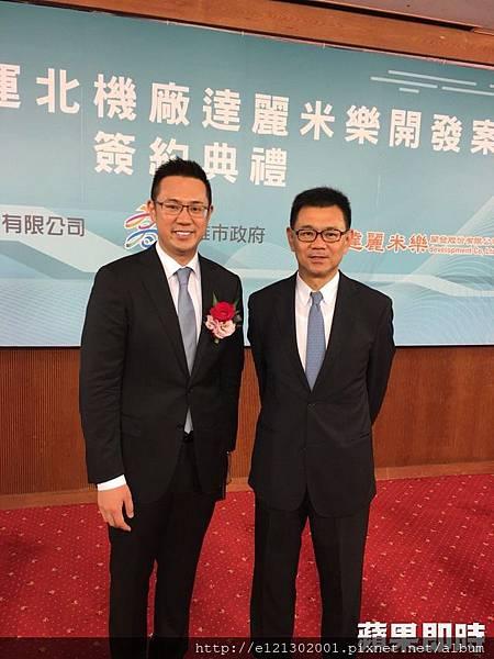 107.8.2達麗建設董事長謝志長(右)是高雄人,他帶著長子謝岱杰(左)打造岡山影城商場案.jpg