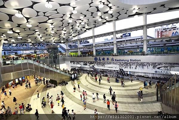 108.2.11台鐵高雄車站為交通樞紐,卵石造型屋頂相當吸睛.jpg