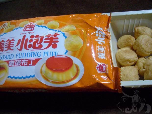 吃義美雞蛋布丁口味的小泡芙.jpg