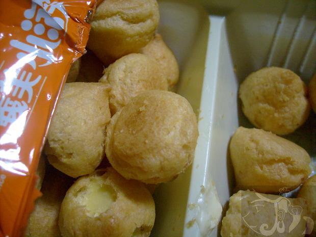 吃義美雞蛋布丁口味的小泡芙 (1).jpg