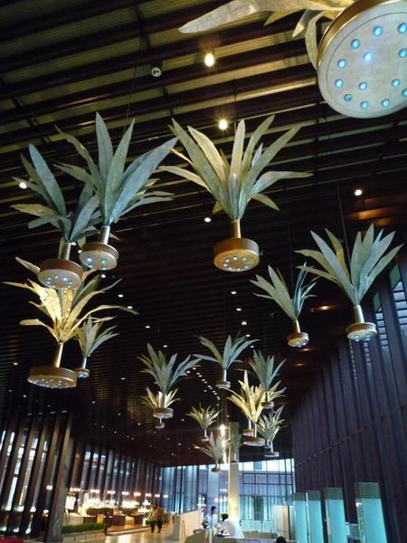 大廳天花板的裝置藝術,是一顆顆的毽子