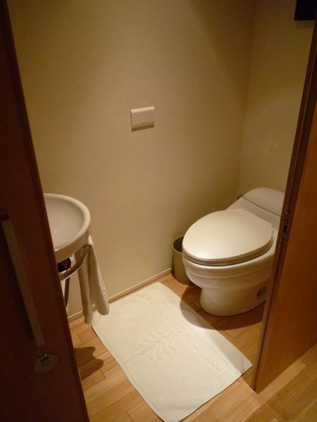 鋪木板的洗手間,感覺很怕會弄髒地板