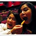 在電影院吃東西也是必須的
