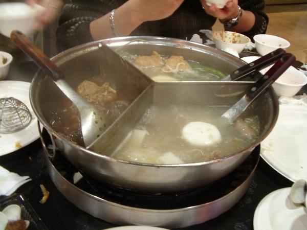 為什麼要把麻糬放進酸菜白肉鍋裡煮?