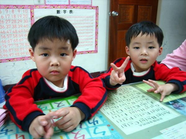 史上最不像的雙胞胎:左邊弟弟諭功, 右邊哥哥諭成