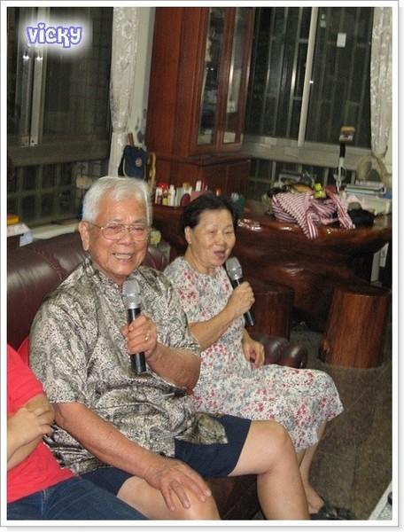 爺爺、奶奶唱平日練習的日文歌