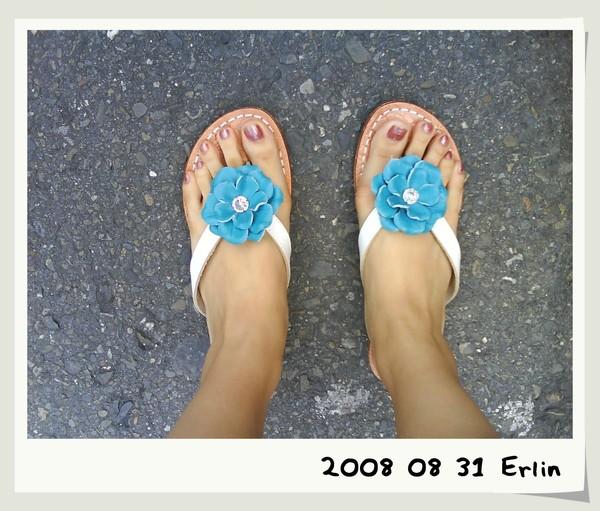 今天陪我的小花拖鞋^^