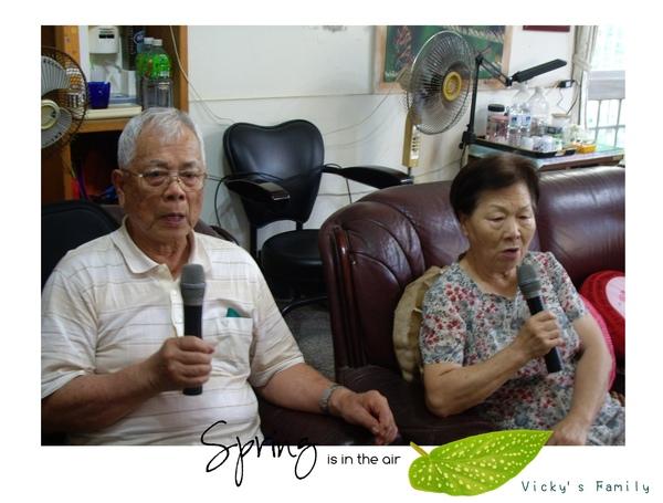 主動揪爺爺唱日本歌的奶奶 (兩人平日都一直狂練歌就對了)