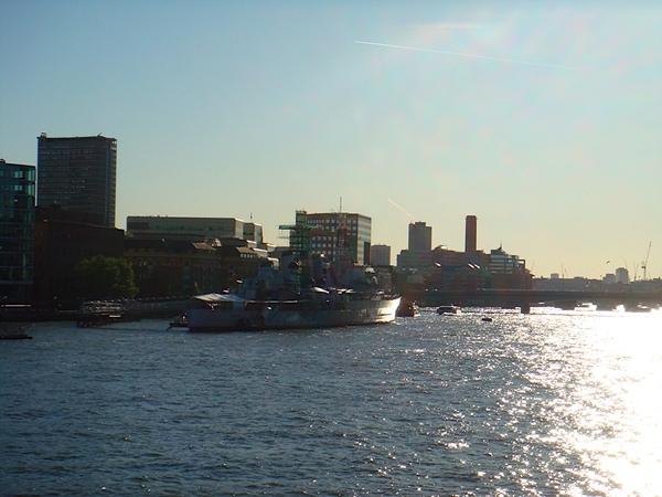 倫敦塔橋下的泰晤士河