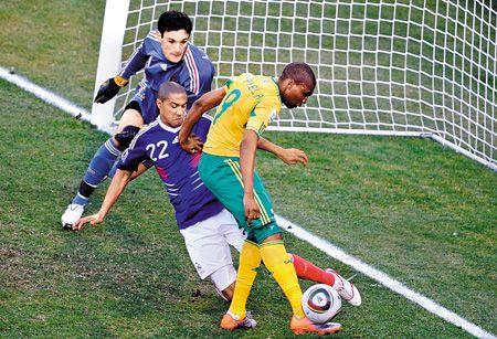 南非隊前鋒穆費拉(右)越過法國隊後衛6.23..jpg