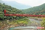巴稜吊橋紅豔的橋身 6.13..jpg
