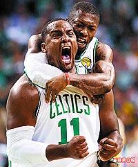 戴維斯(左)和羅賓森(右)兩名板凳暴徒 6.12..jpg