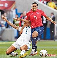 智利隊博塞朱赫(右)擺脫對手糾纏 6.17..jpg