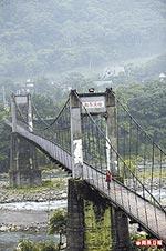 與油羅溪輝映的內灣吊橋 6.18..jpg