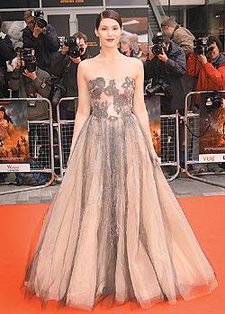 蓋瑪阿特登穿著Valentino裸色禮服 6.10..jpg