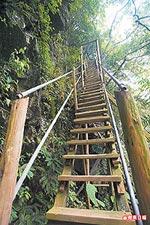 沿著峭壁向下延伸的木構階梯 6.15..jpg