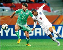 英格蘭A.科爾(右)和阿爾及利亞阿布敦(左)爭球6.20..jpg