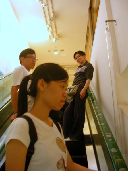 在手扶梯上