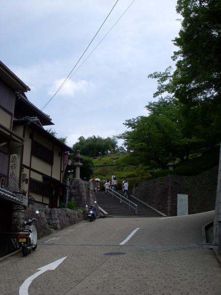 下公車就可以看到往清水寺的路