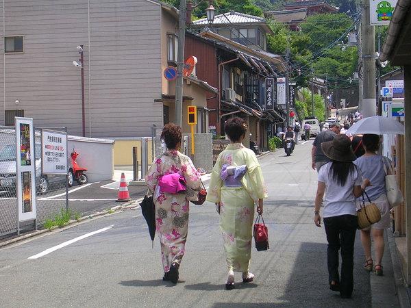 在清水阪四處可見穿浴衣的女生