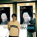 三維電腦繪圖成果展-與自己製作的海報合影
