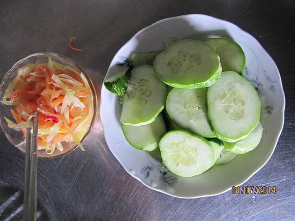 自種的小黃瓜和木瓜絲