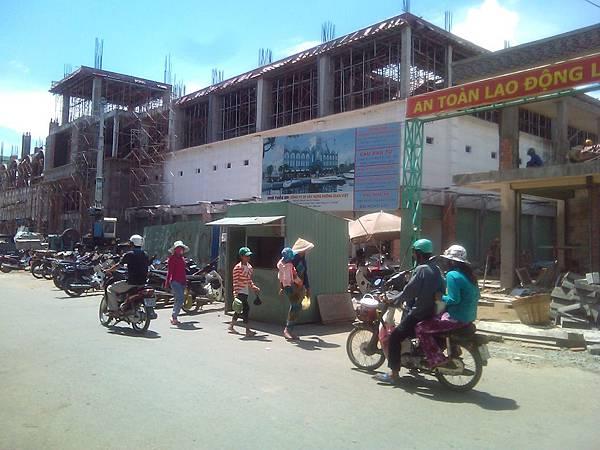 改建中的柏寮市場(大門左右有2銀行.內有電扶梯.攤位約8E.冷飲攤位約2E)