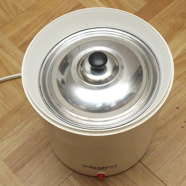 自製優酪乳步驟四:將鍋具放入保溫容器內