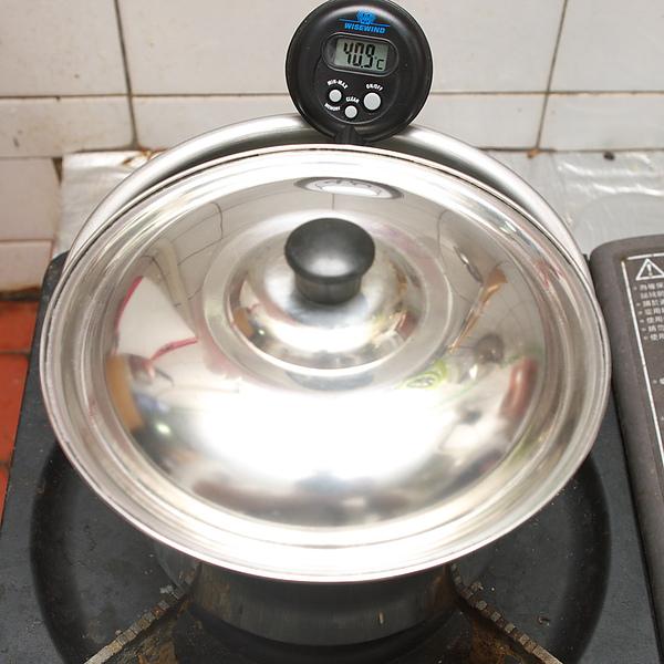自製優酪乳步驟三:確定鮮奶溫度達到40度
