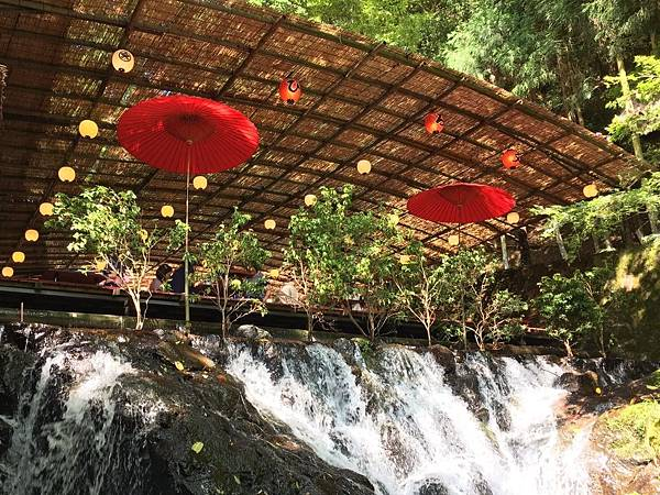 關西京都景點推薦必去鞍馬貴船河床上流水素麵景觀超讚
