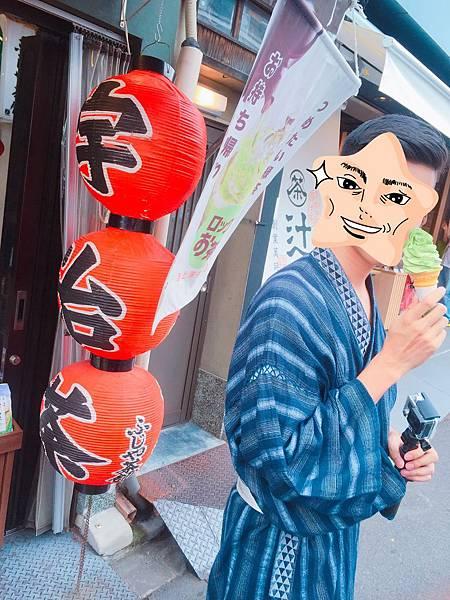 京都必吃甜點清水寺撒抹茶粉的抹茶冰淇淋