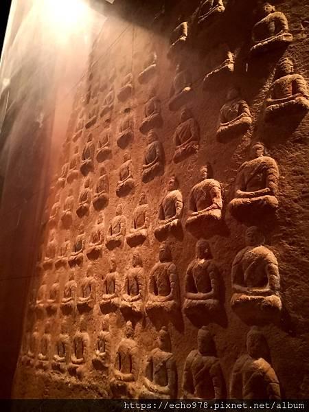 IMG_20200811_143154 北魏 石雕釋迦牟尼佛與二脇侍菩薩像(背).jpg
