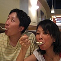 被Espresson 香草冰淇淋給深深吸引的Tim & Iris.JPG